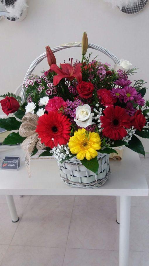 Cesta de flores con lilium gerberas y rosas