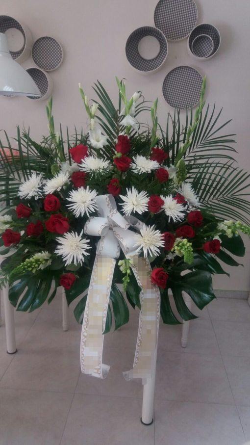 Centro funebre con rosas y anastasias