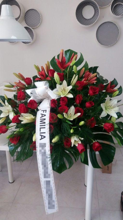Centro mortuorio con rosas rojas lilium y su verde