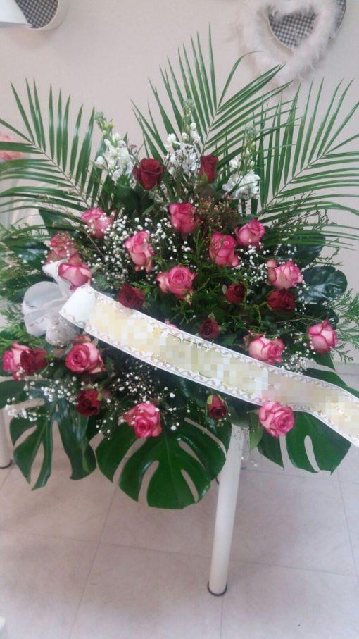Centro de flores para funeral con rosas rojas y rosas