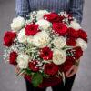 cesta de rosas blancas y rojas