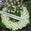 corona con gerberas blancas y cabecero con rosas blancas y rosas