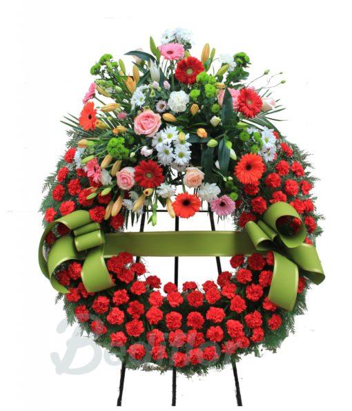 Corona con claveles y centro de flores