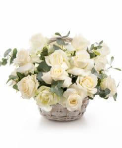 rosas blancas en cesta