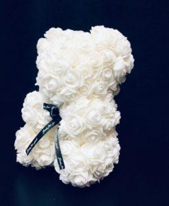 oso de petalos de rosa blanco