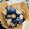 ramo de flores preservadas en tonos blancos azules
