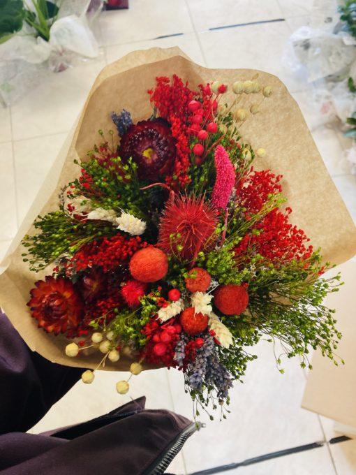 ramo de flores preservadas en tonos rojos