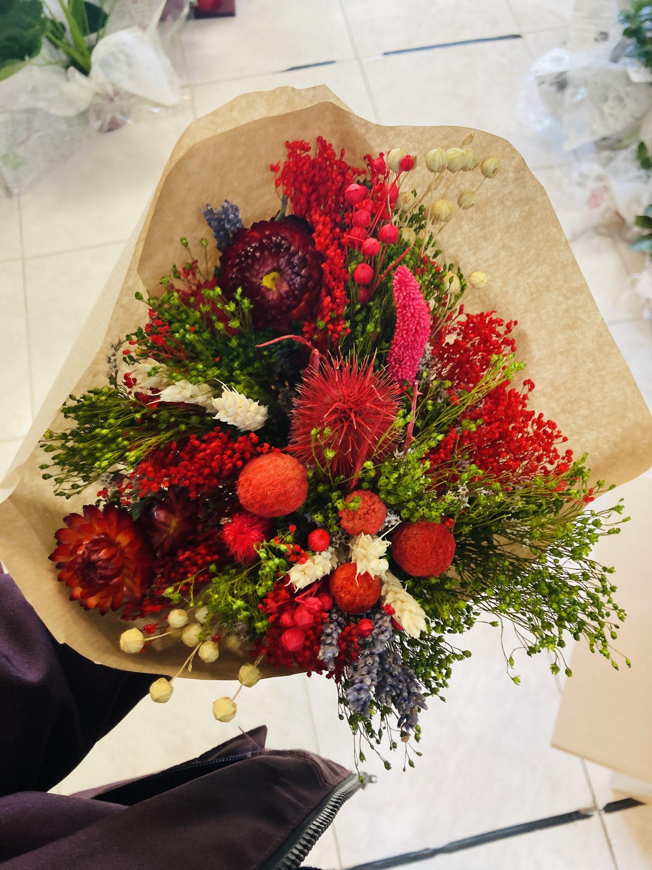 ramo de flores secas en colores rojos