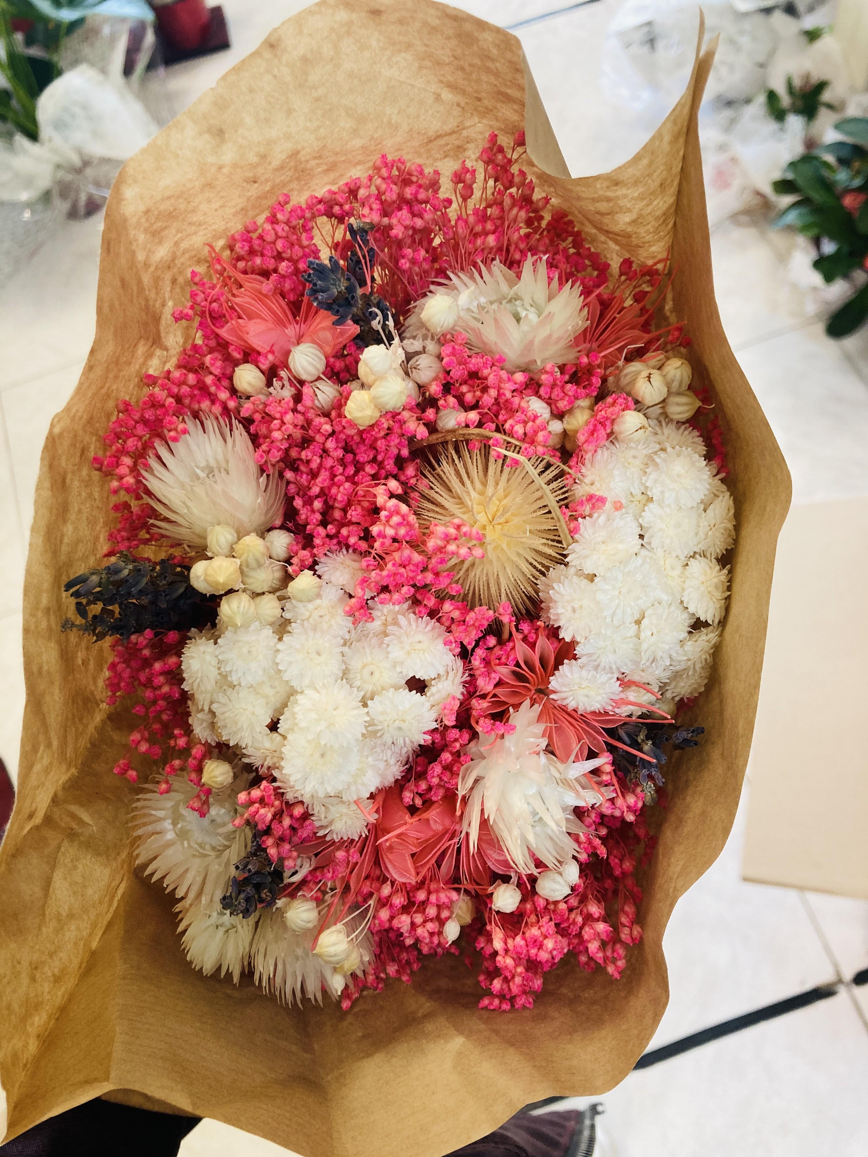 ramo de flores preservadas en tonos rosas y blancos