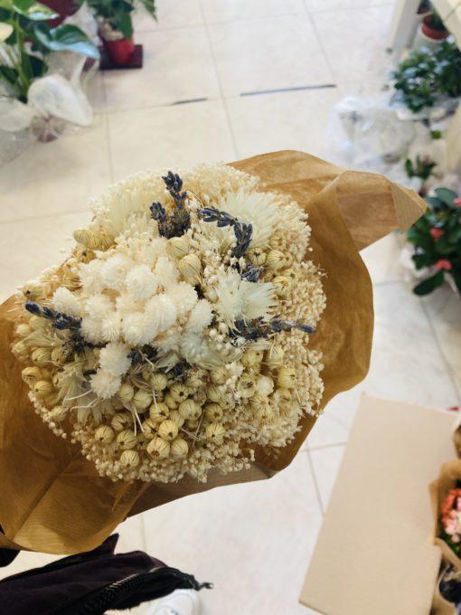 ramo de flores preservado blanco y tonos beige