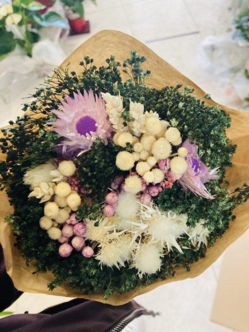 ramo flores preservadas tonos morado, blanco y beige