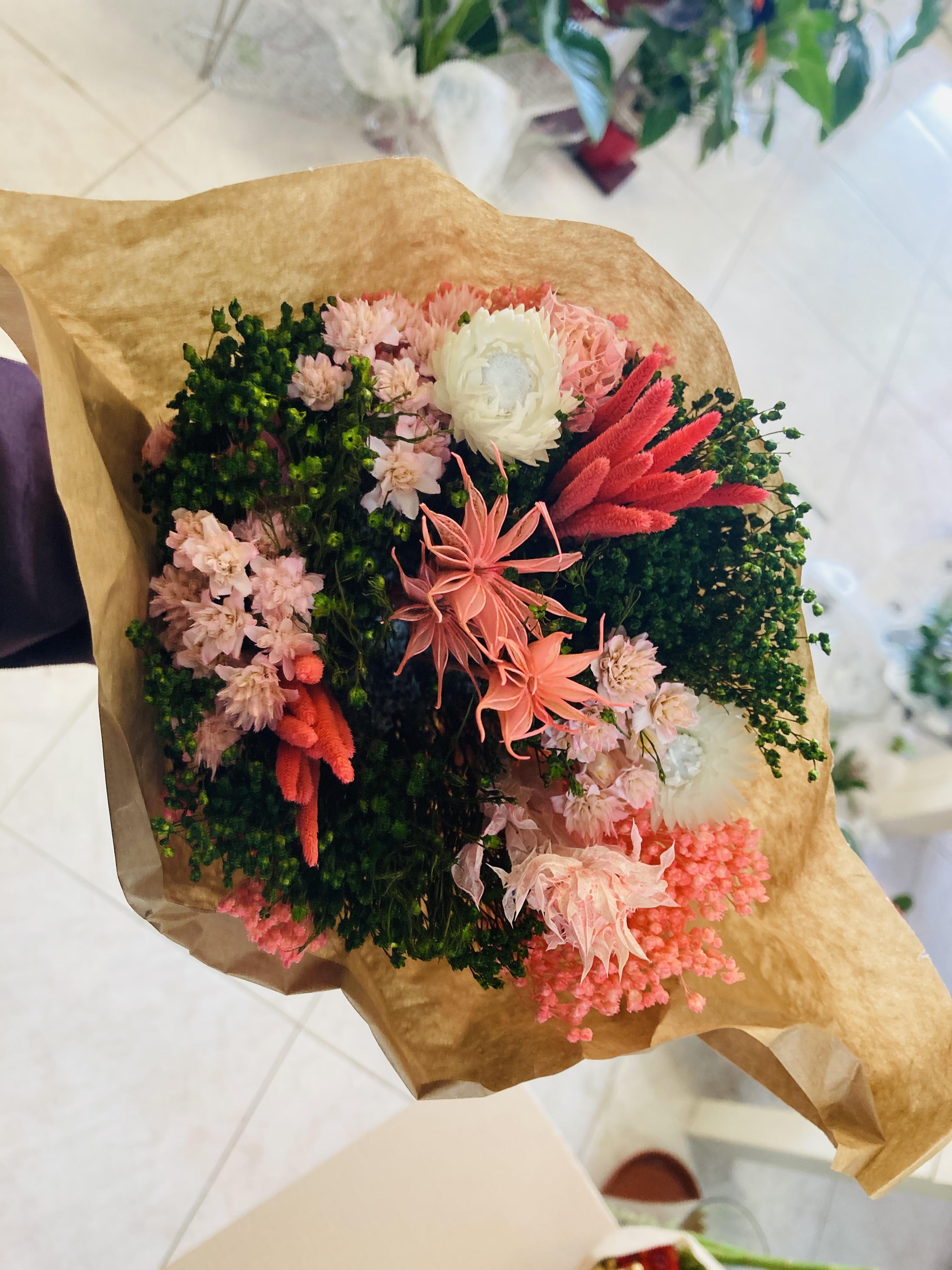 ramo preservado de flores en tonos rosas