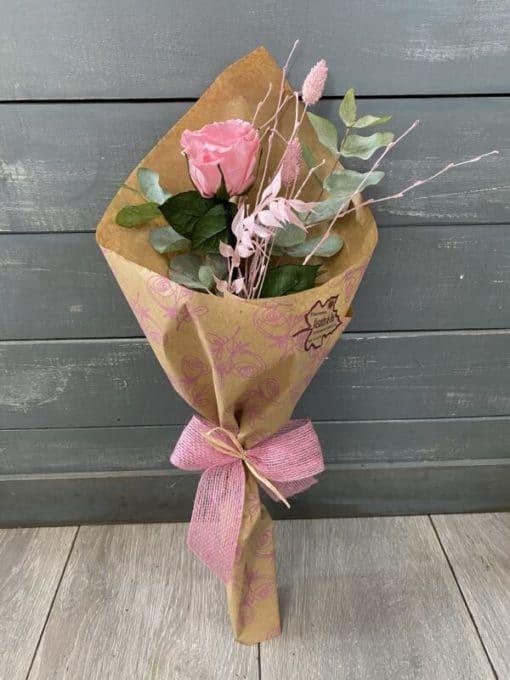 rosa preservada envuelta con flores preservadas
