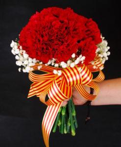 ramo de claveles rojos para ofrenda de la virgen